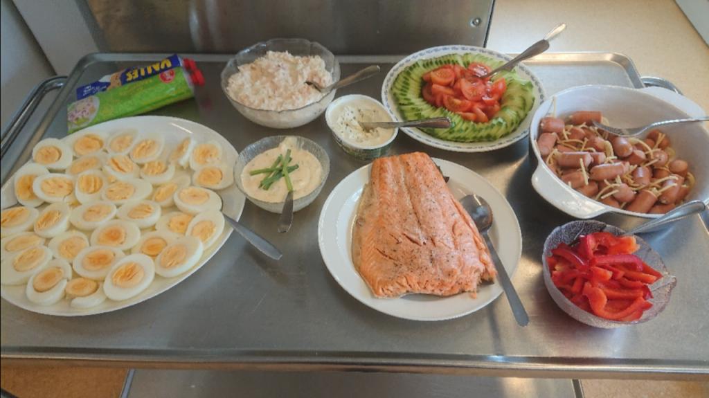 Påsklunch, ägg, lax, såser, grönsaker, prinskorv med spaghetti.