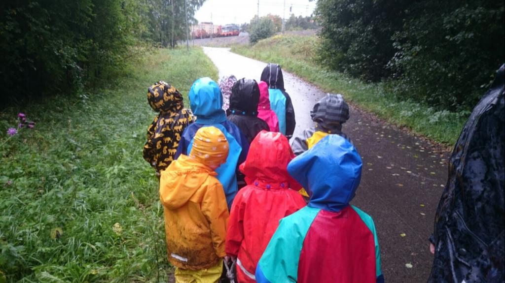 Förskolebarn i regnkläder