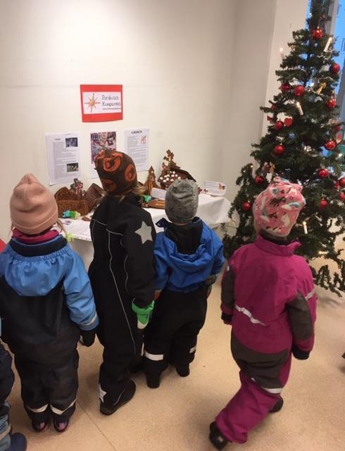Barn som tittar på pepparkakshus och figurer
