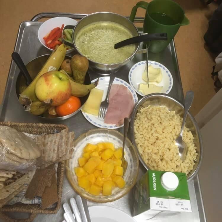 broccolisoppa med tillbehör på serveringsvagn